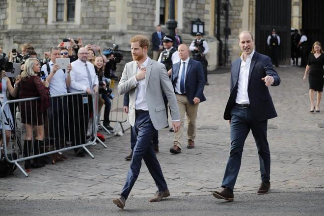 Không khí trước giờ G đám cưới hoàng gia Anh: Người dân xếp chỗ từ sớm mong diện kiến Hoàng tử Harry và tân nương - Ảnh 12.