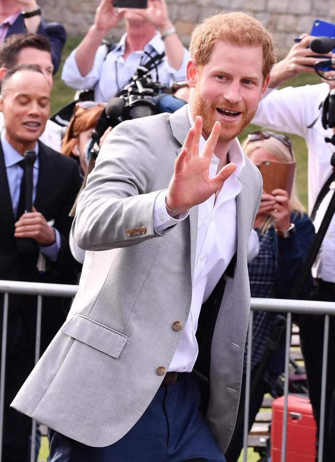 Không khí trước giờ G đám cưới hoàng gia Anh: Người dân xếp chỗ từ sớm mong diện kiến Hoàng tử Harry và tân nương - Ảnh 13.