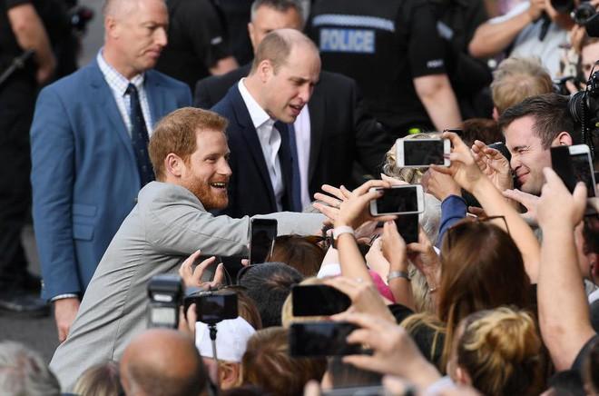 Không khí trước giờ G đám cưới hoàng gia Anh: Người dân xếp chỗ từ sớm mong diện kiến Hoàng tử Harry và tân nương - Ảnh 14.