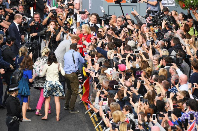 Không khí trước giờ G đám cưới hoàng gia Anh: Người dân xếp chỗ từ sớm mong diện kiến Hoàng tử Harry và tân nương - Ảnh 15.