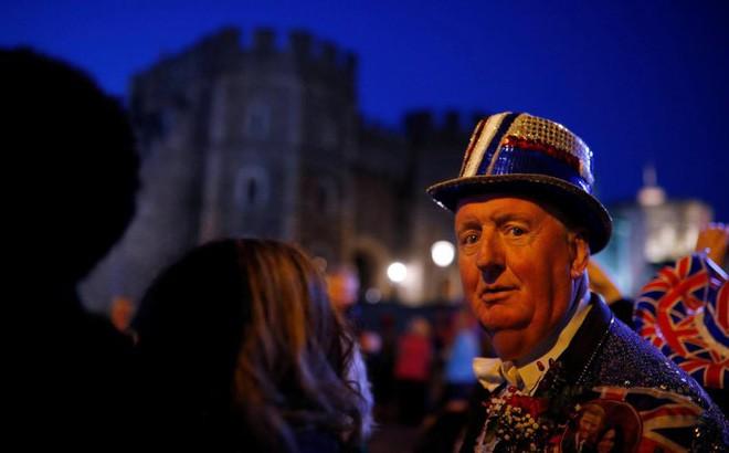 Không khí trước giờ G đám cưới hoàng gia Anh: Người dân xếp chỗ từ sớm mong diện kiến Hoàng tử Harry và tân nương - Ảnh 4.