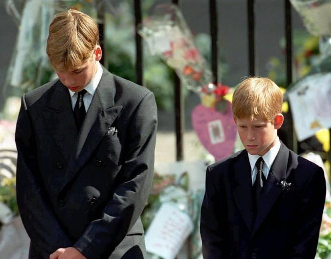 Hành trình trưởng thành của Hoàng tử Harry: Từ tay chơi đầy tai tiếng đến vị hoàng tử được ngàn người yêu mến, vạn cô gái ước ao - Ảnh 3.
