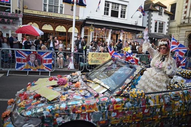 Không khí trước giờ G đám cưới hoàng gia Anh: Người dân xếp chỗ từ sớm mong diện kiến Hoàng tử Harry và tân nương - Ảnh 7.