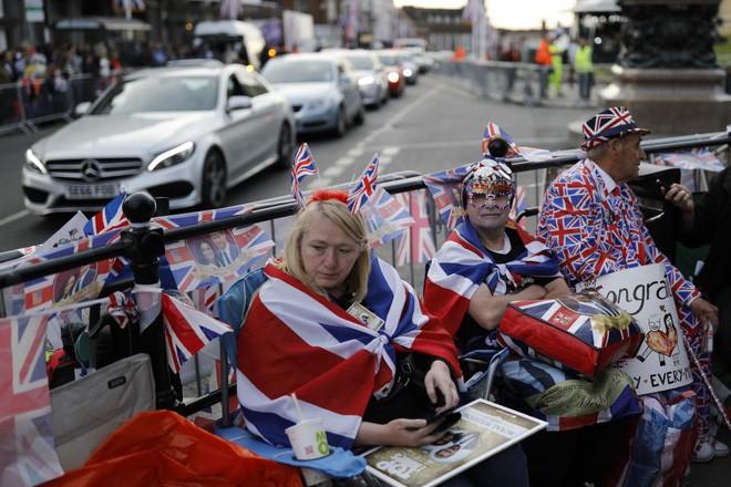 Không khí trước giờ G đám cưới hoàng gia Anh: Người dân xếp chỗ từ sớm mong diện kiến Hoàng tử Harry và tân nương - Ảnh 8.