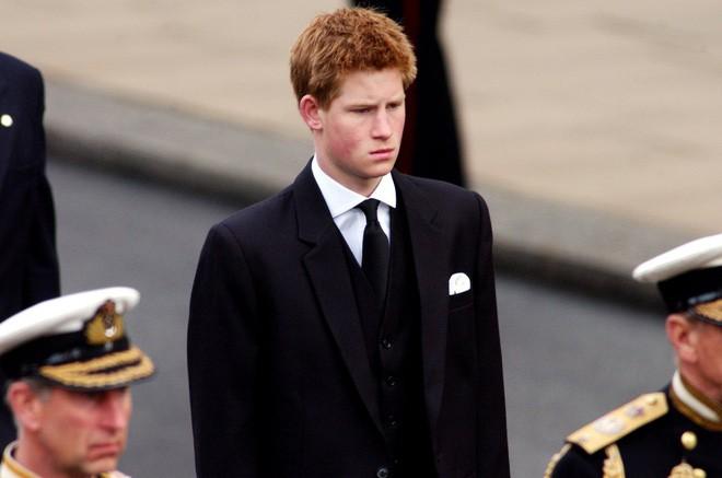 Hành trình trưởng thành của Hoàng tử Harry: Từ tay chơi đầy tai tiếng đến vị hoàng tử được ngàn người yêu mến, vạn cô gái ước ao - Ảnh 5.