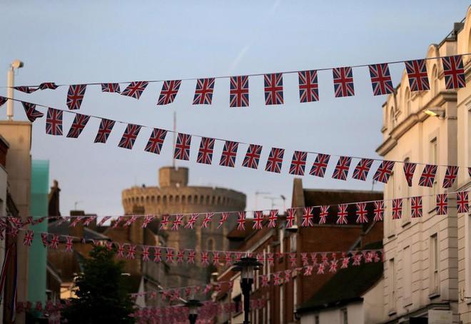 Không khí trước giờ G đám cưới hoàng gia Anh: Người dân xếp chỗ từ sớm mong diện kiến Hoàng tử Harry và tân nương - Ảnh 10.