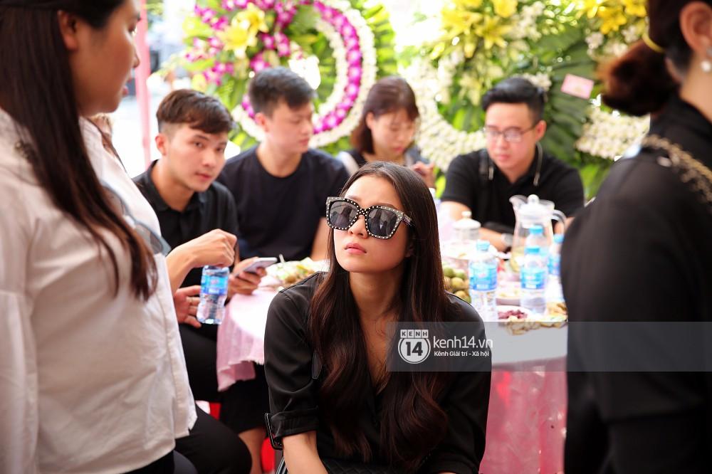 Đông Nhi khóc nghẹn trong đám tang của stylist Mỳ Gói tại Tiền Giang - Ảnh 5.