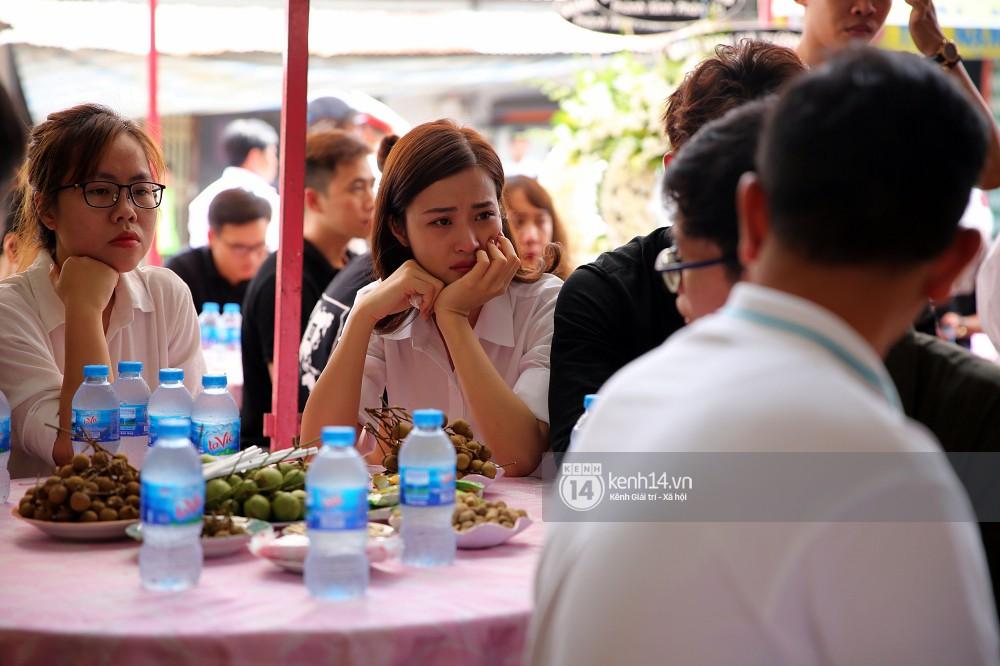 Đông Nhi khóc nghẹn trong đám tang của stylist Mỳ Gói tại Tiền Giang - Ảnh 3.