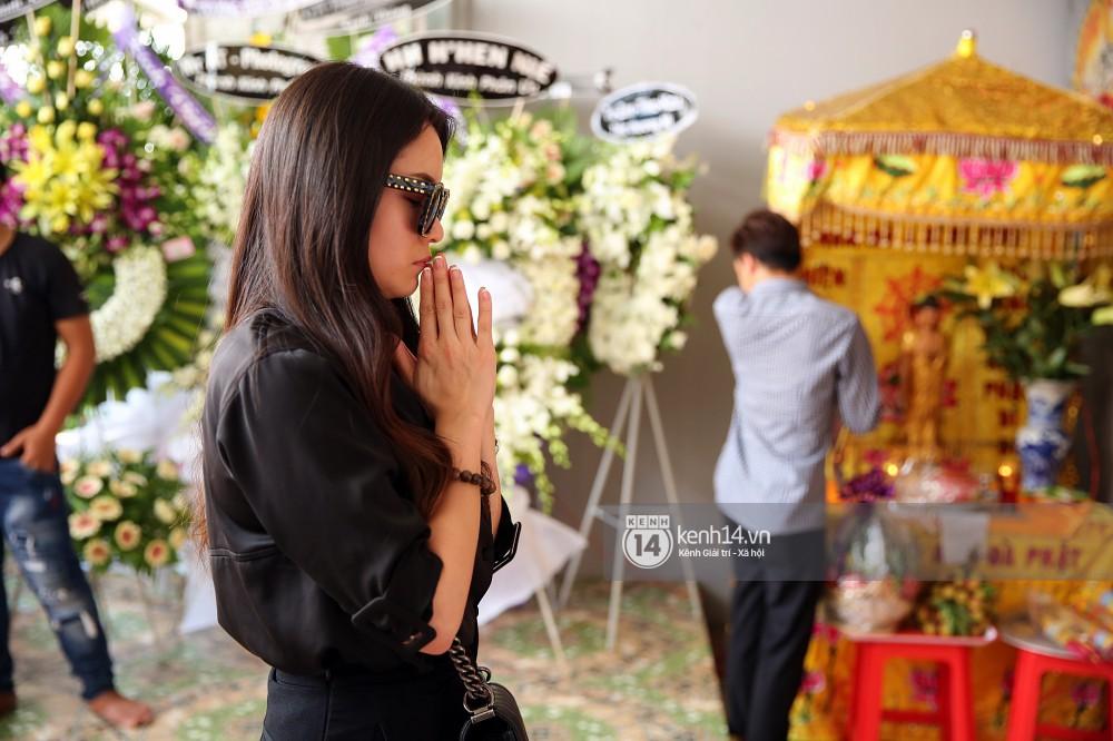 Đông Nhi khóc nghẹn trong đám tang của stylist Mỳ Gói tại Tiền Giang - Ảnh 6.