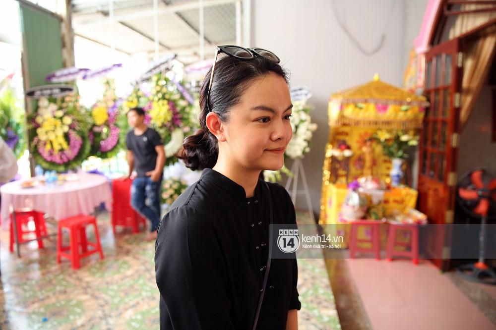 Đông Nhi khóc nghẹn trong đám tang của stylist Mỳ Gói tại Tiền Giang - Ảnh 7.