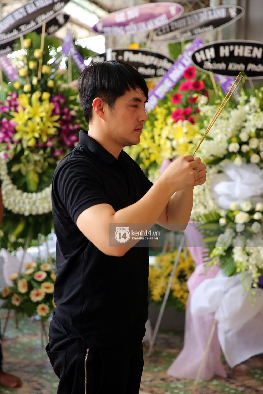 Đông Nhi khóc nghẹn trong đám tang của stylist Mỳ Gói tại Tiền Giang - Ảnh 8.
