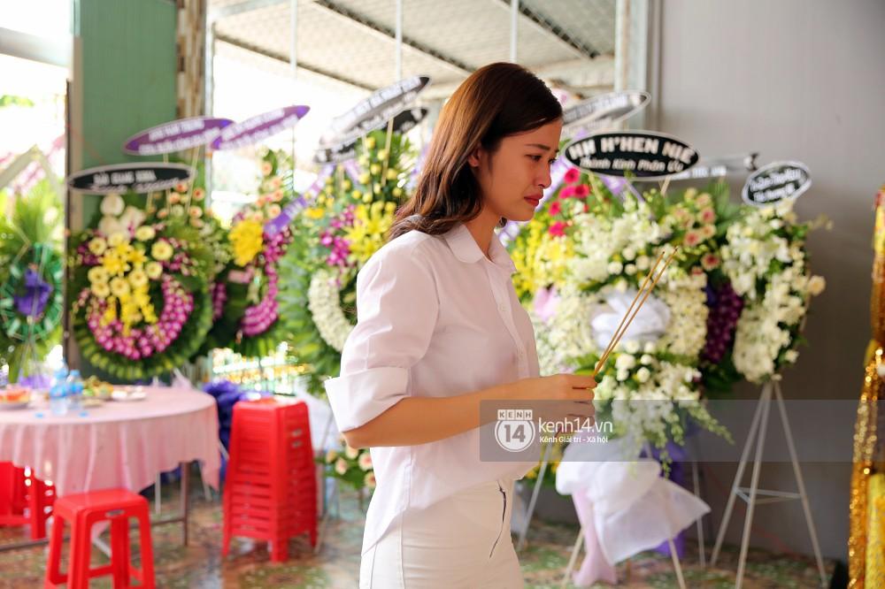 Đông Nhi khóc nghẹn trong đám tang của stylist Mỳ Gói tại Tiền Giang - Ảnh 4.