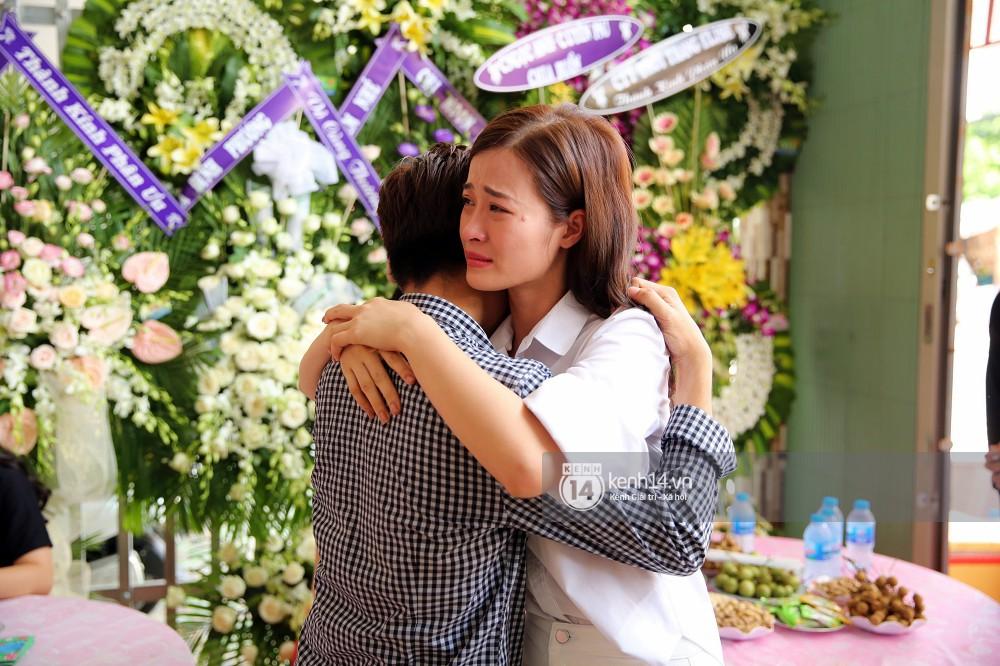 Đông Nhi khóc nghẹn trong đám tang của stylist Mỳ Gói tại Tiền Giang - Ảnh 1.