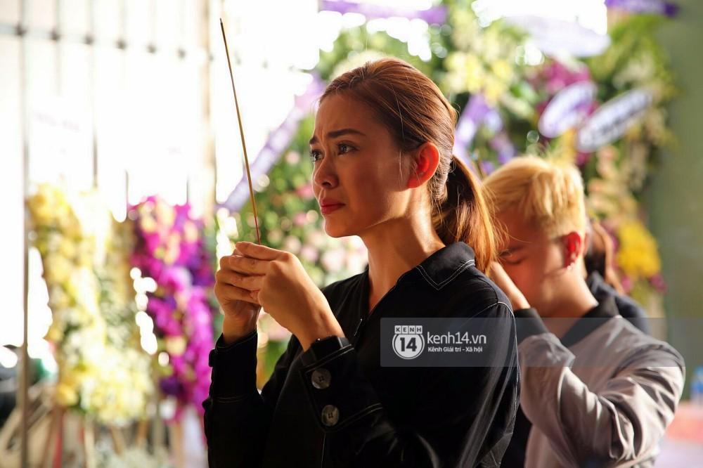 Đông Nhi và nghệ sĩ Việt khóc nghẹn trong đám tang của stylist Mì Gói tại quê nhà Tiền Giang - Ảnh 8.