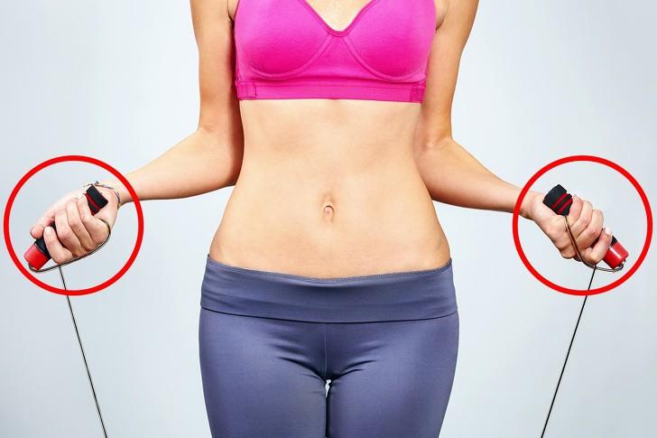 Mỡ lưng và nách cũng làm dáng xấu đi rất nhiều và đây là cách để loại bỏ - Ảnh 1.