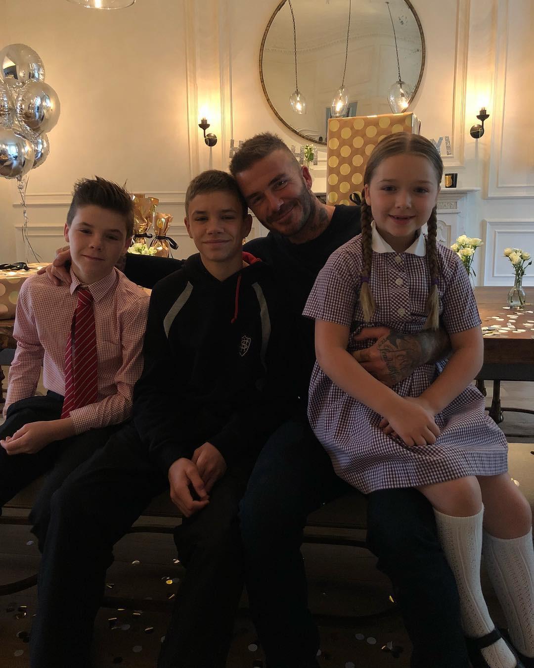 Cả gia đình chúc mừng sinh nhật Beckham, nhưng chất giọng quý tộc của Harper mới gây chú ý nhất - Ảnh 2.