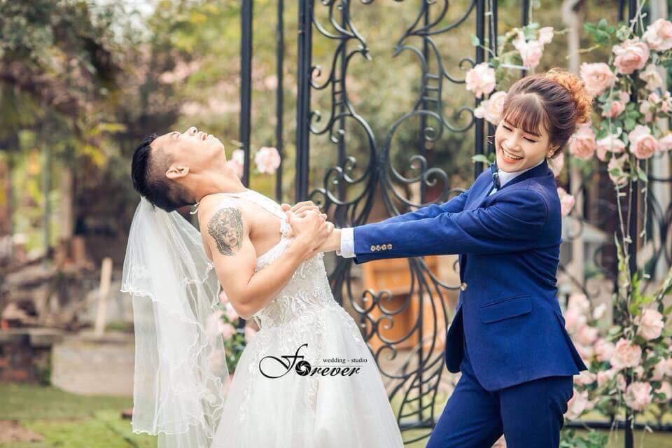 Chùm ảnh cưới chất: Khi chú rể cơ bắp nhưng cứ thích mặc thử váy cô dâu xem cảm giác ra làm sao - Ảnh 1.
