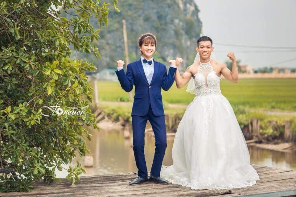Chùm ảnh cưới chất: Khi chú rể cơ bắp nhưng cứ thích mặc thử váy cô dâu xem cảm giác ra làm sao - Ảnh 2.