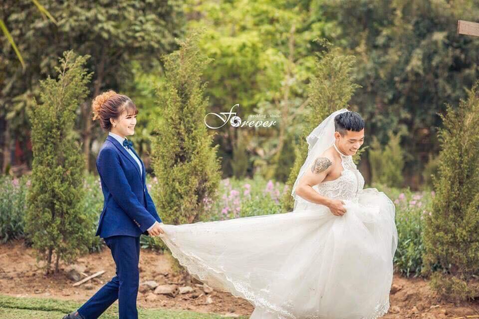 Chùm ảnh cưới chất: Khi chú rể cơ bắp nhưng cứ thích mặc thử váy cô dâu xem cảm giác ra làm sao - Ảnh 3.