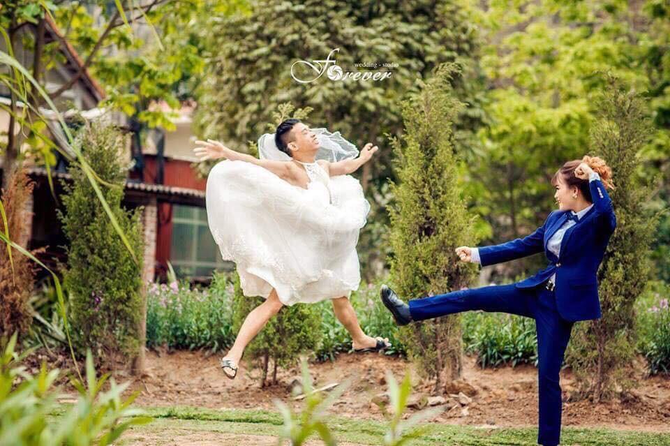 Chùm ảnh cưới chất: Khi chú rể cơ bắp nhưng cứ thích mặc thử váy cô dâu xem cảm giác ra làm sao - Ảnh 5.