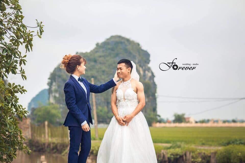 Chùm ảnh cưới chất: Khi chú rể cơ bắp nhưng cứ thích mặc thử váy cô dâu xem cảm giác ra làm sao - Ảnh 6.