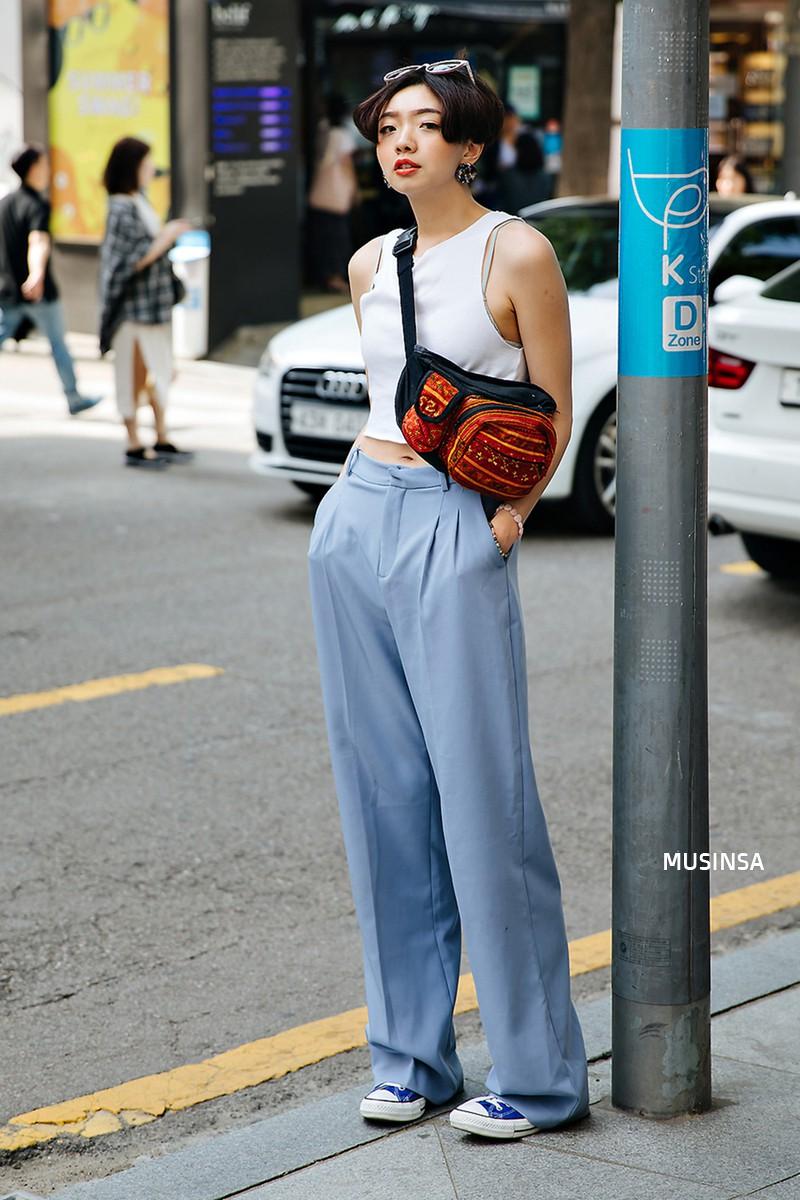 Sơ vin và quần cạp cao - 2 thần chú đơn giản nhưng hiệu nghiệm làm nên street style đẹp bá cháy của giới trẻ Hàn tuần qua - Ảnh 2.