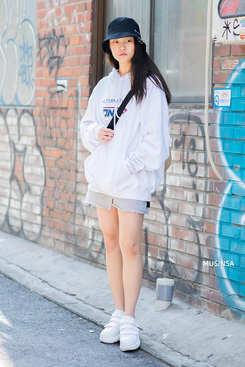 Sơ vin và quần cạp cao - 2 thần chú đơn giản nhưng hiệu nghiệm làm nên street style đẹp bá cháy của giới trẻ Hàn tuần qua - Ảnh 4.