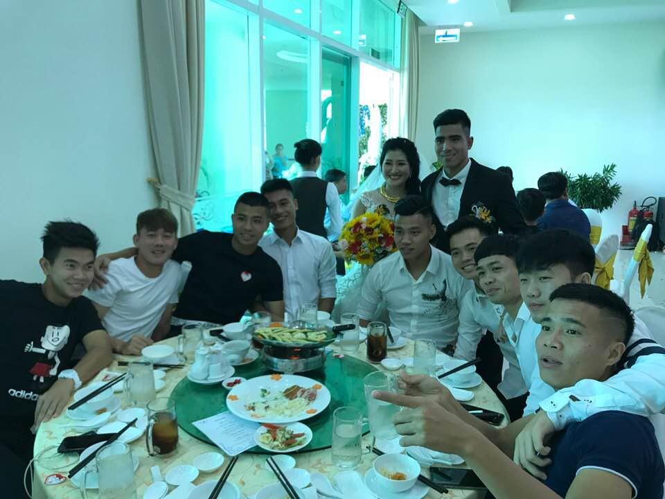 Công Phượng, Xuân Trường diện sơ mi trắng, đến dự lễ cưới cầu thủ HAGL - Ảnh 1.