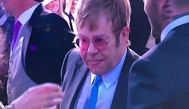 Khoảnh khắc Elton John hôn David Beckham rồi tự liếm môi gây sốt tại đám cưới Hoàng gia Anh - Ảnh 3.