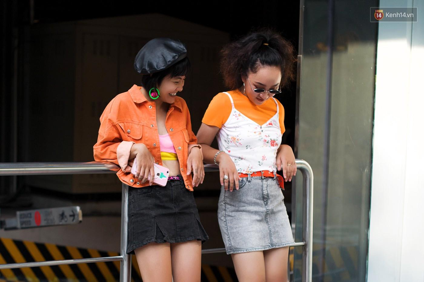 Street style 2 miền tuần qua đã chứng minh: sành điệu là phải diện kính mắt tí hon và mũ chống nắng - Ảnh 15.
