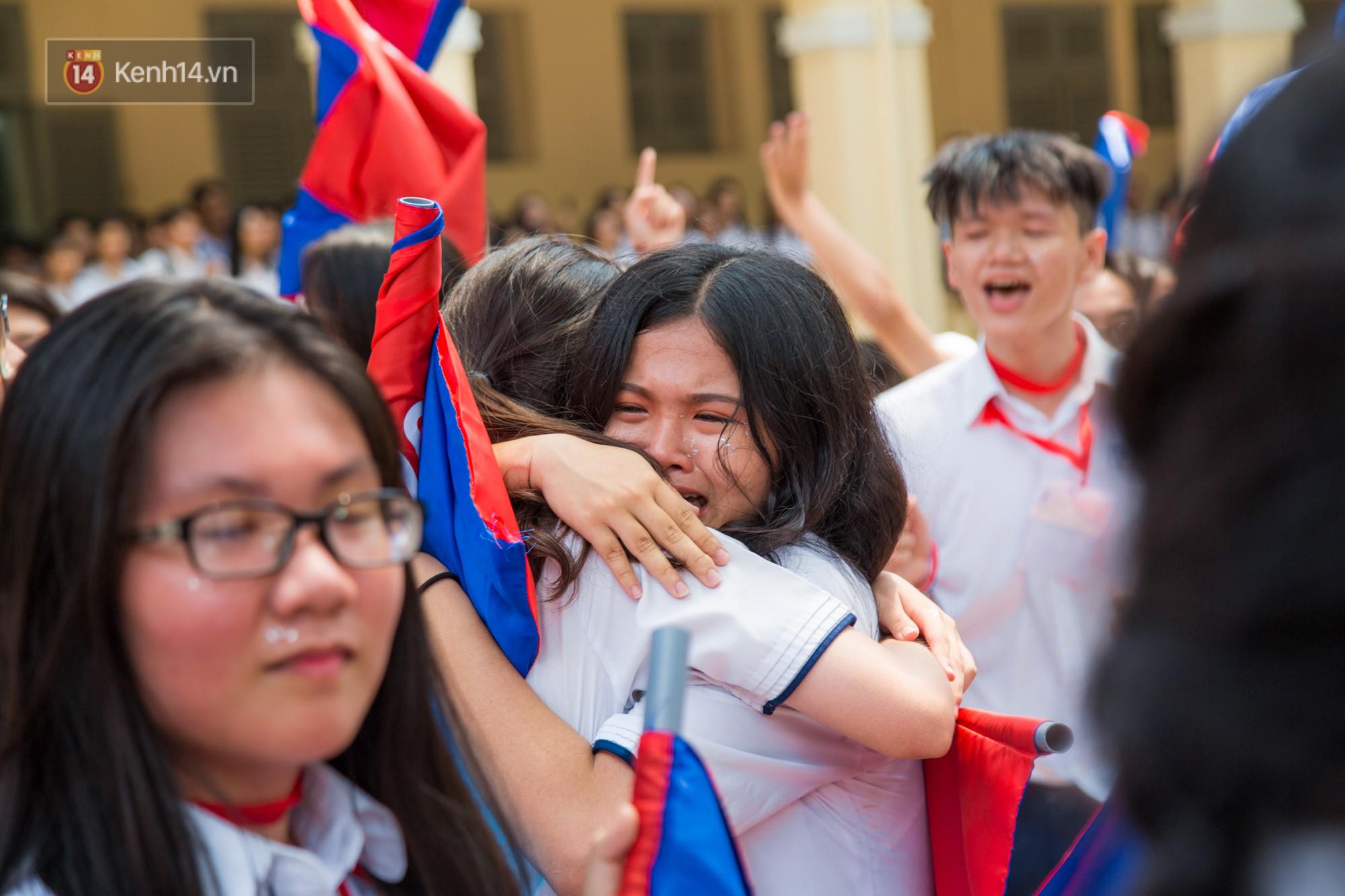 10 năm sau hãy về trường và ôm nhau như lúc này nhé.