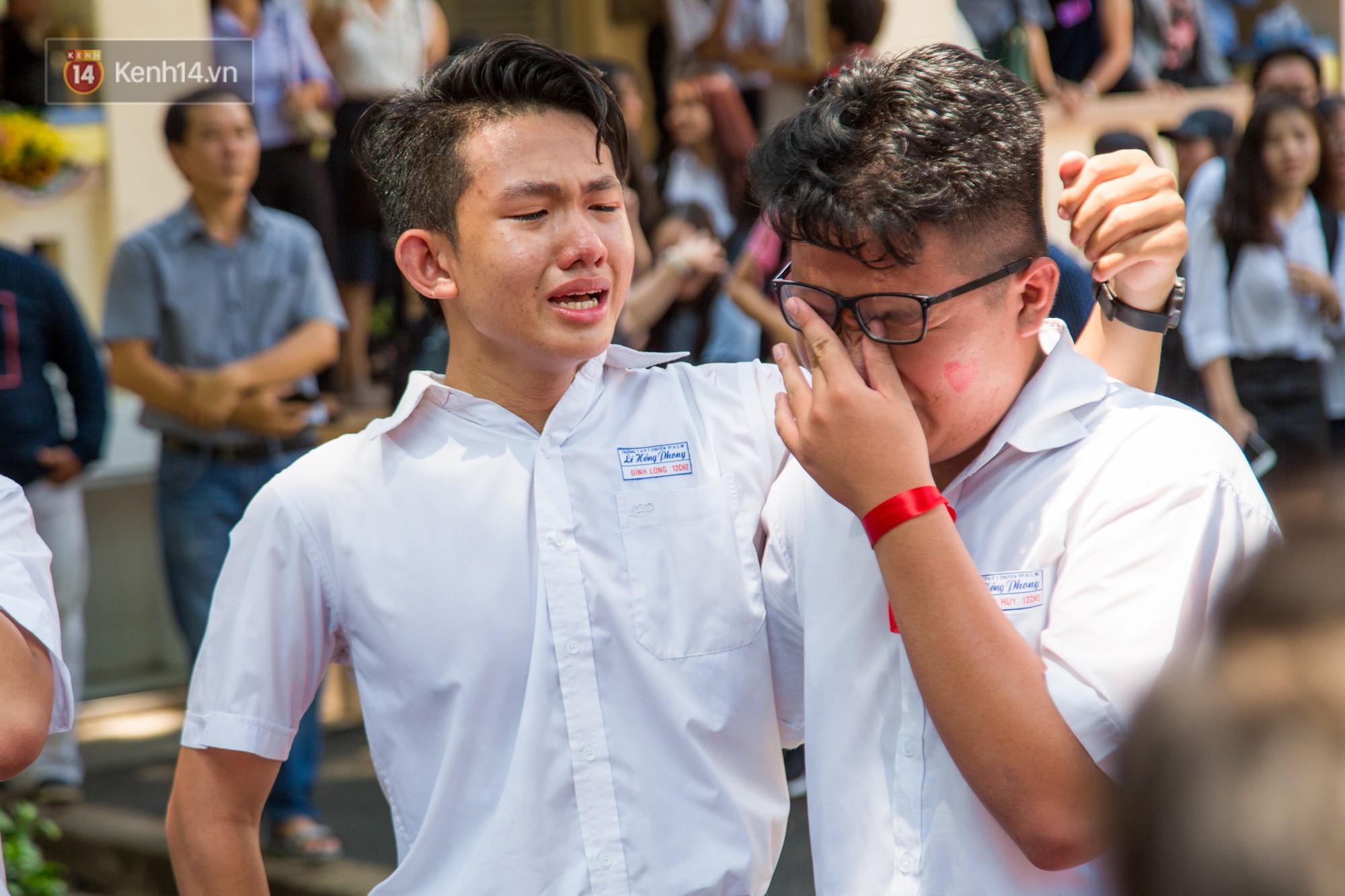 Ngày ra trường của teen Lê Hồng Phong: Nụ cười và nước mắt, bạn tôi ơi xin bên nhau thêm chút nữa! - Ảnh 9.