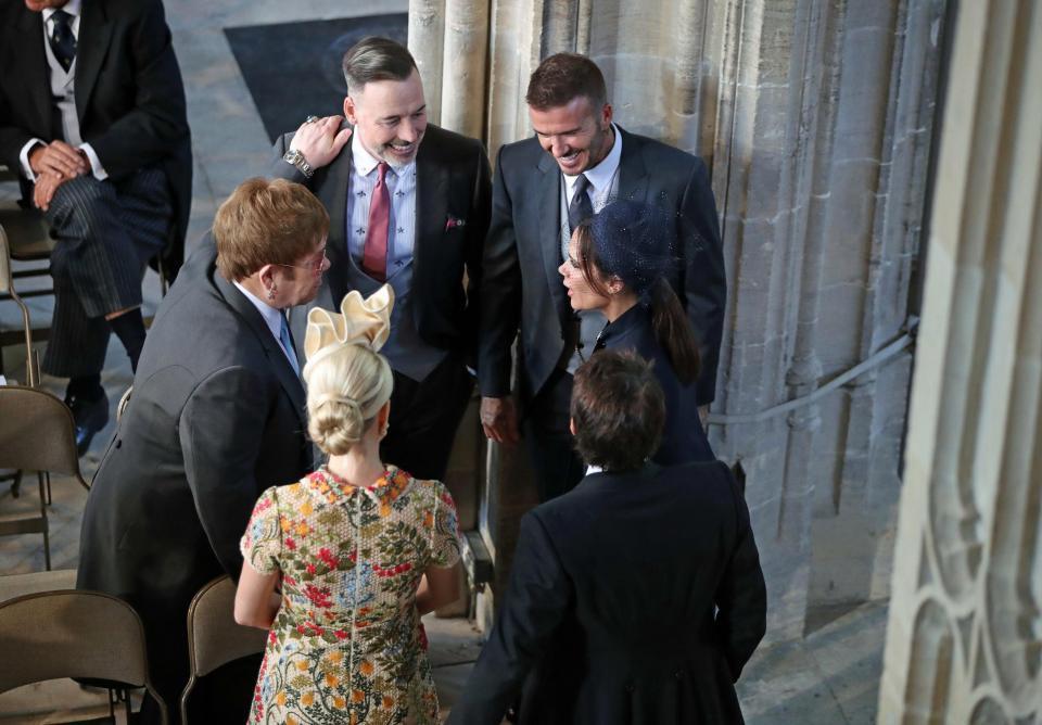 Khoảnh khắc Elton John hôn David Beckham rồi tự liếm môi gây sốt tại đám cưới Hoàng gia Anh - Ảnh 6.