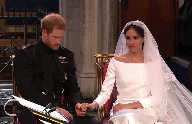 """Cố gắng giữ bình tĩnh hết mức nhưng Hoàng tử Harry vẫn bị """"bóc phốt đang run lẩy bẩy vì những hành động vô thức này - Ảnh 1."""