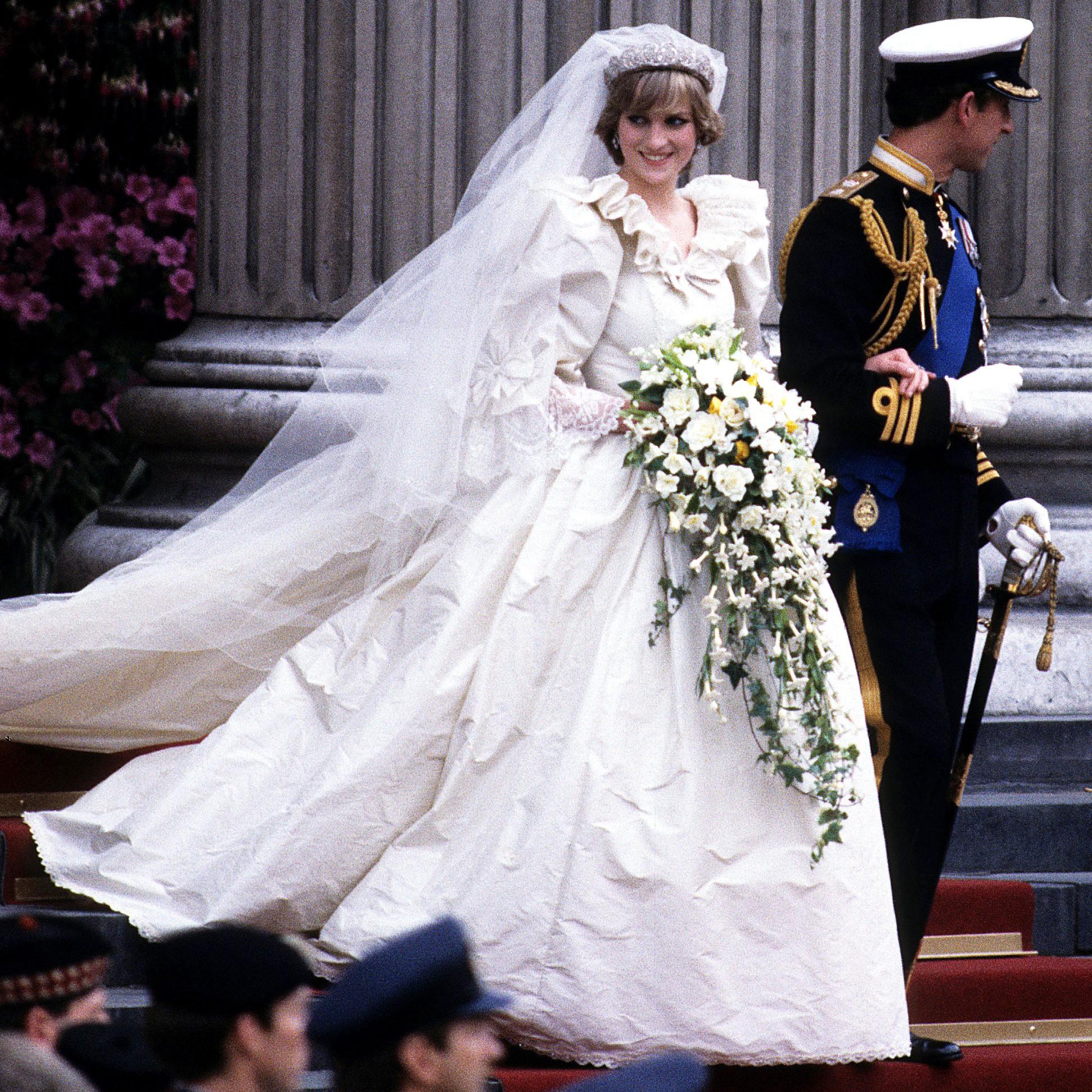 3 chiếc váy cưới nổi tiếng của Công nương Diana và hai cô con dâu xinh đẹp - Ảnh 6.
