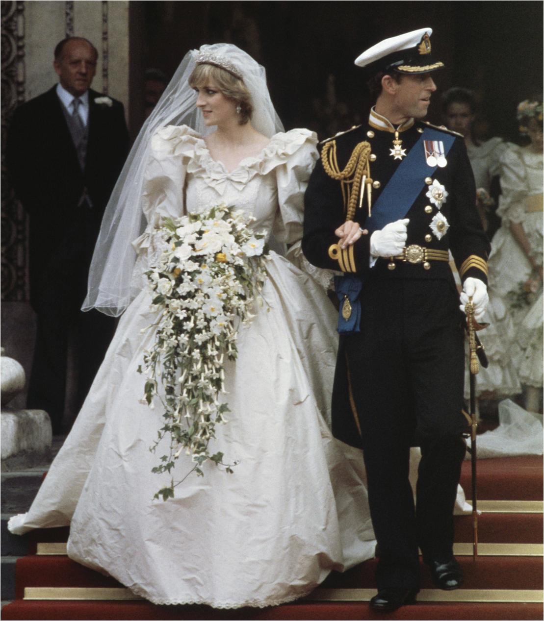 3 chiếc váy cưới nổi tiếng của Công nương Diana và hai cô con dâu xinh đẹp - Ảnh 4.