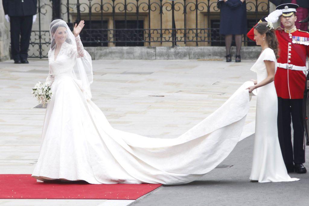 3 chiếc váy cưới nổi tiếng của Công nương Diana và hai cô con dâu xinh đẹp - Ảnh 9.