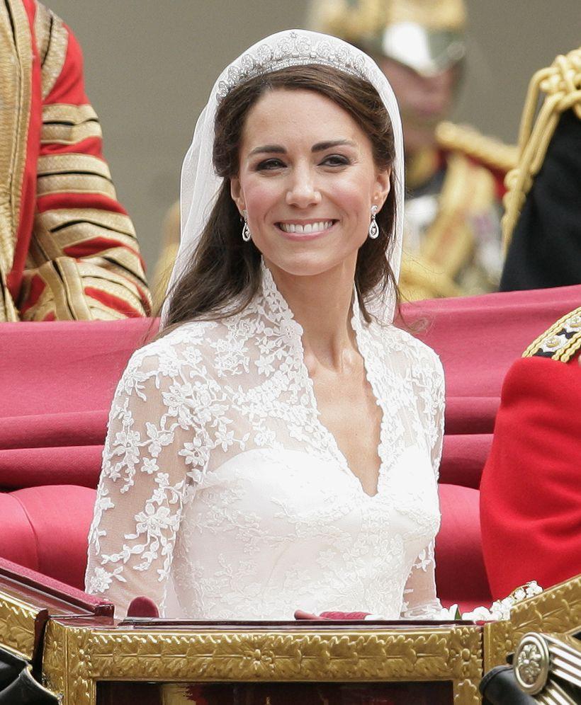 3 chiếc váy cưới nổi tiếng của Công nương Diana và hai cô con dâu xinh đẹp - Ảnh 8.