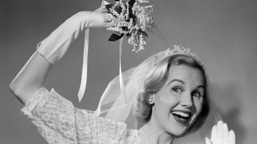 Lý do bó hoa cưới ra đời và vì sao hoa cưới thường có màu trắng: những sự thật từ buồn cười đến xúc động - Ảnh 2.