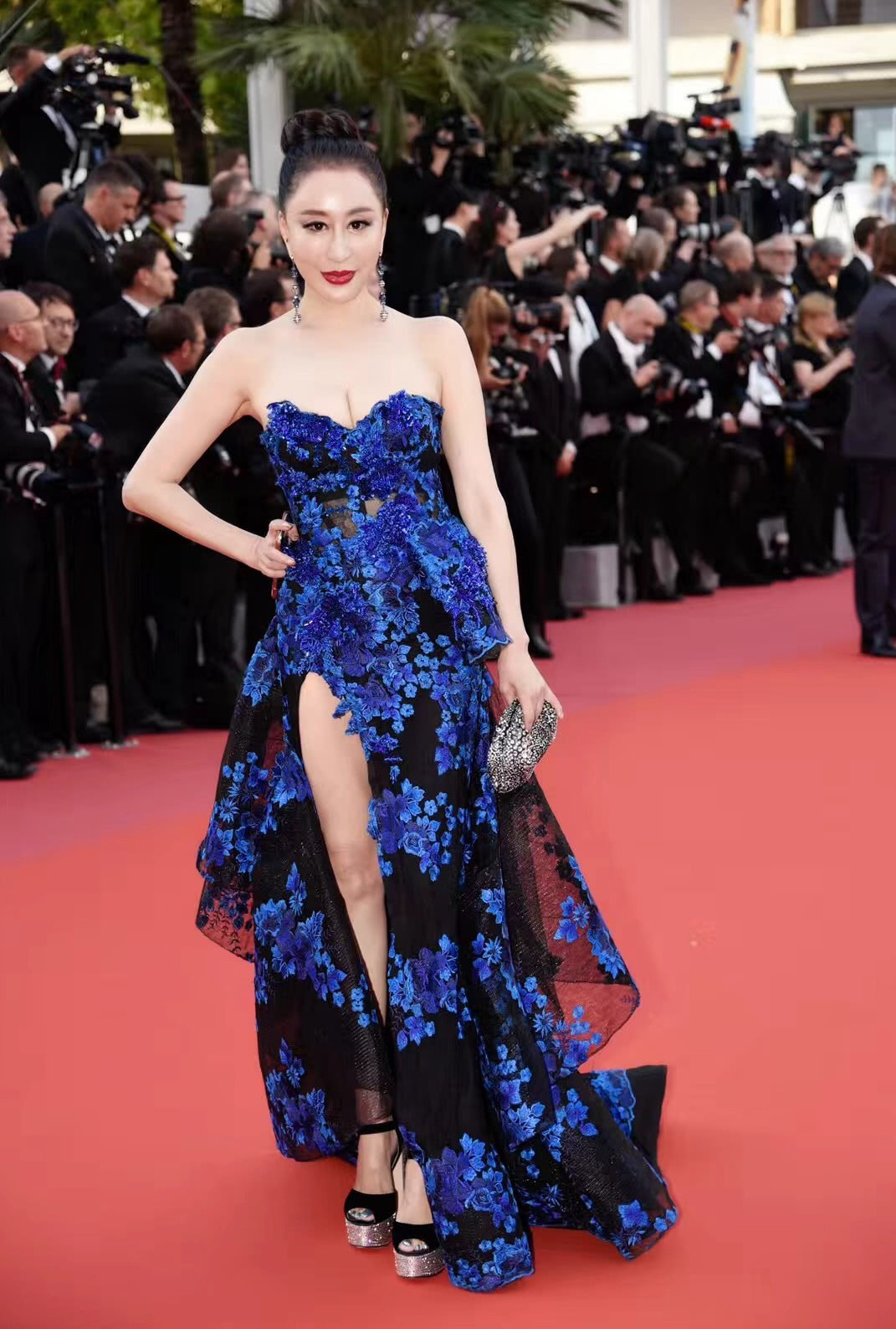 Hoa hậu Trung Quốc cố tình ngã trào ngực tại Cannes được chào đón không kém gì Phạm Băng Băng - Ảnh 1.