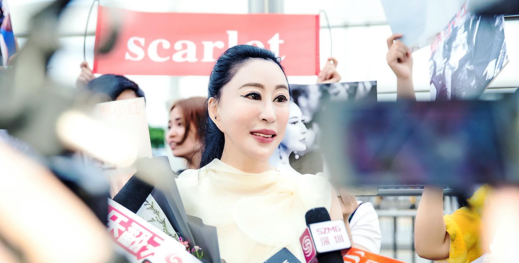 Hoa hậu Trung Quốc cố tình ngã trào ngực tại Cannes được chào đón không kém gì Phạm Băng Băng - Ảnh 3.