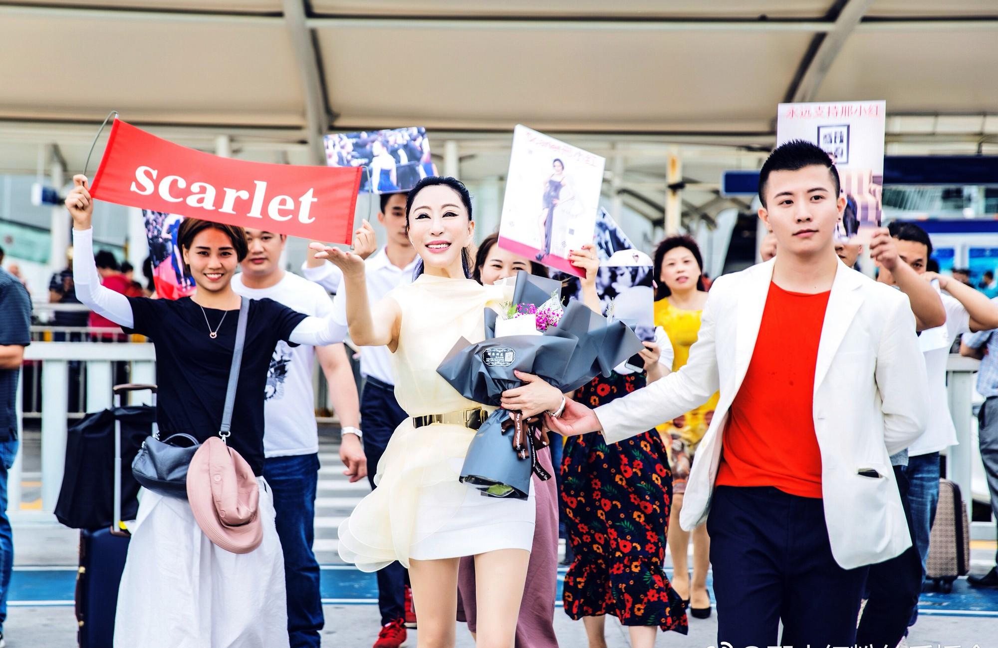 Hoa hậu Trung Quốc cố tình ngã trào ngực tại Cannes được chào đón không kém gì Phạm Băng Băng - Ảnh 4.