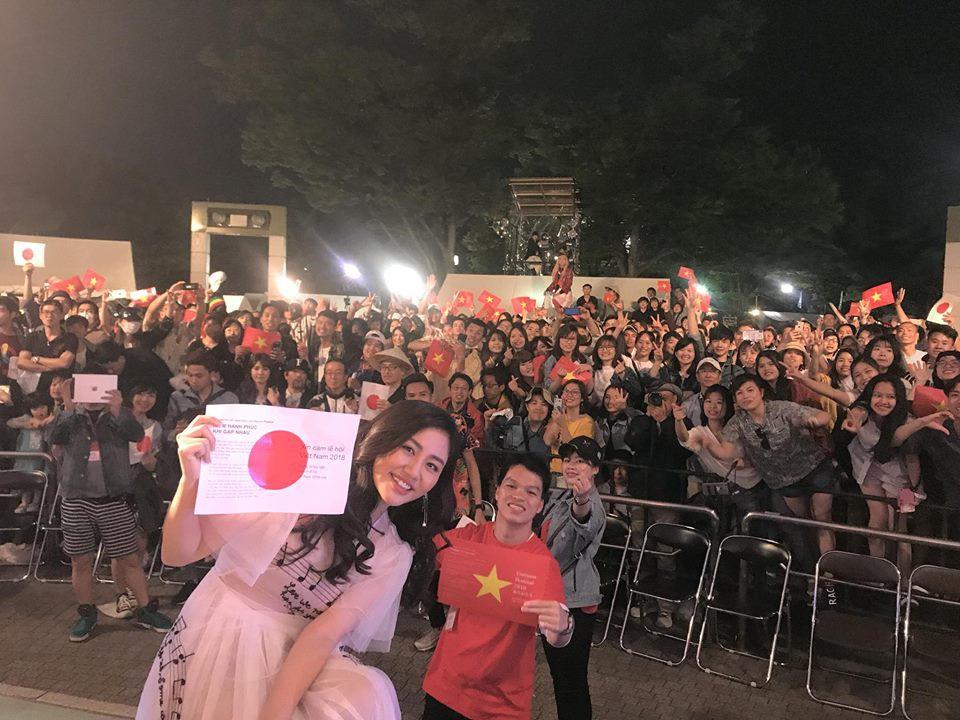 Clip: Bị fan nam cưỡng hôn trên sân khấu tại Nhật, và đây là cách xử lý đầy bình tĩnh của Văn Mai Hương - Ảnh 2.