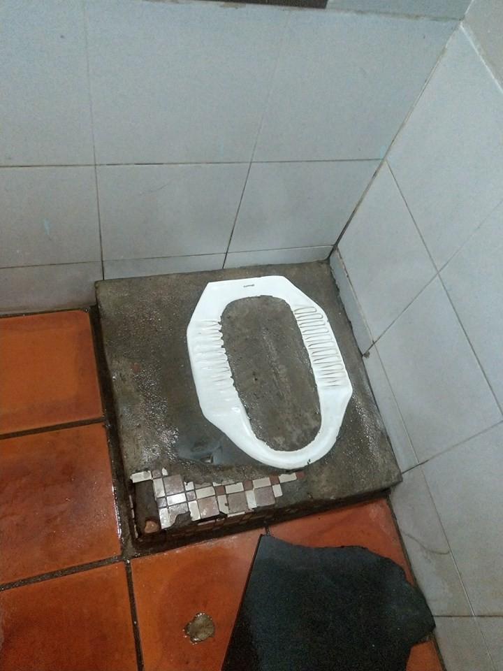 Góc khó hiểu: Thanh niên xin đi nhờ vệ sinh nhưng lại gặp đúng chủ nhà đổ bê tông vào bồn cầu - Ảnh 1.