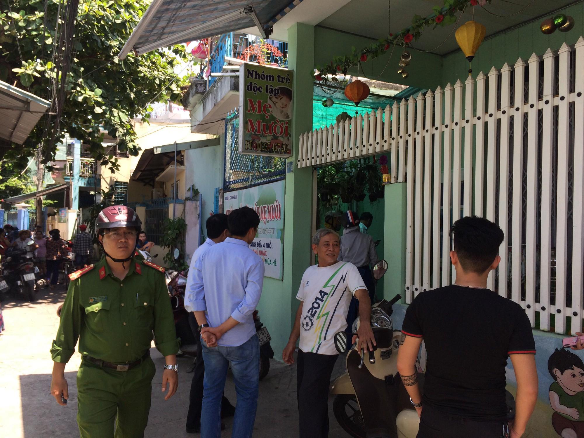 Lực lượng công an có mặt để kiểm tra nhà trẻ.