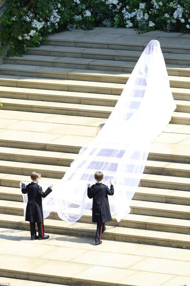 Trông thì tối giản nhưng 2 mẫu váy cưới của Meghan Markle trị giá tới hơn 8 tỷ đồng - Ảnh 3.