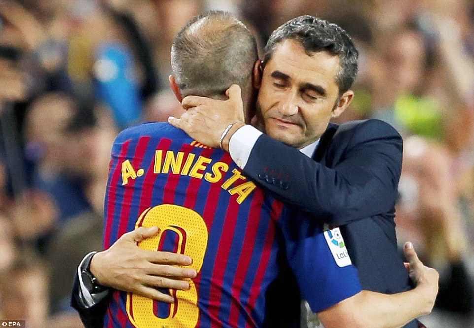 Huyền thoại Iniesta khóc nghẹn trong trận đấu cuối cùng khoác áo Barca - Ảnh 10.