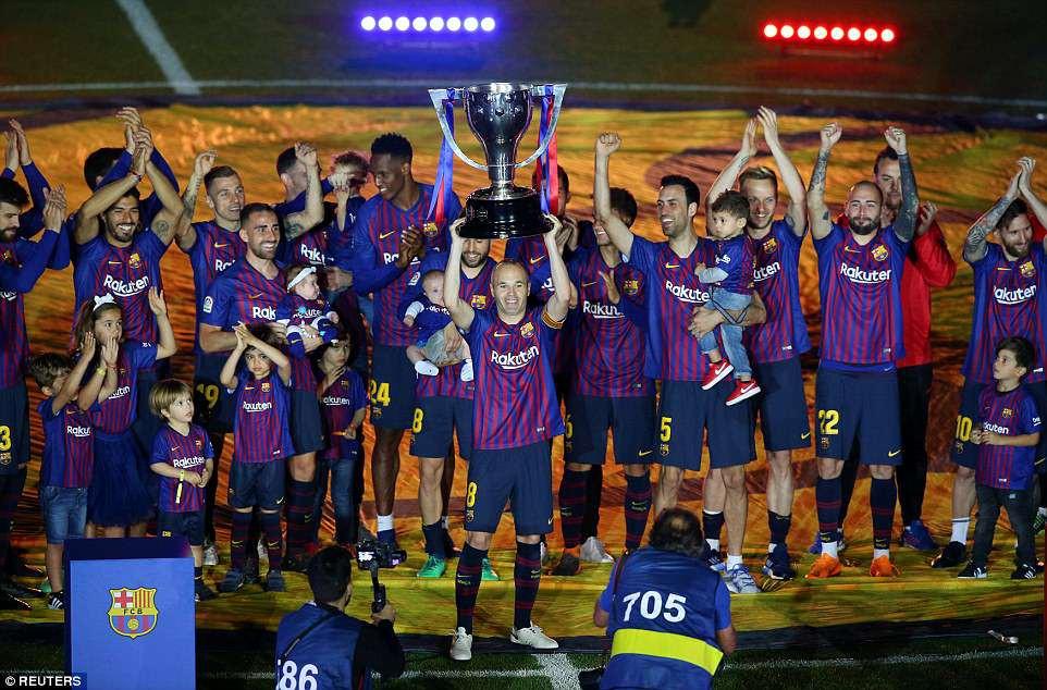 Huyền thoại Iniesta khóc nghẹn trong trận đấu cuối cùng khoác áo Barca - Ảnh 12.