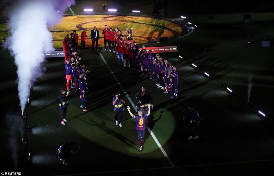 Huyền thoại Iniesta khóc nghẹn trong trận đấu cuối cùng khoác áo Barca - Ảnh 6.