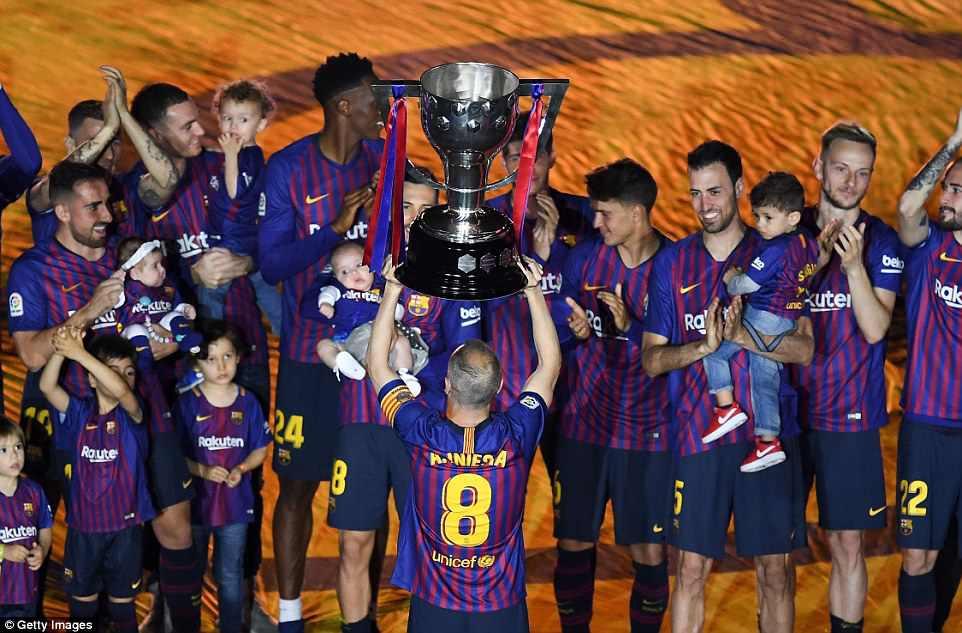 Huyền thoại Iniesta khóc nghẹn trong trận đấu cuối cùng khoác áo Barca - Ảnh 11.